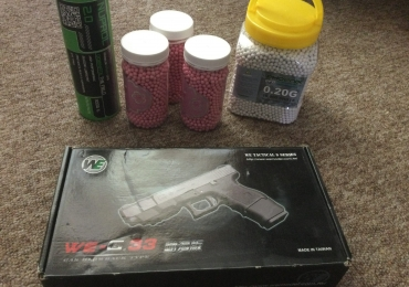WE G-33 Hand pistol with four tubs of bullets and a bottle of gas ( AS NEW )